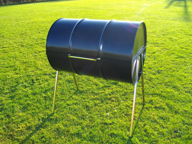 The Deluxe Barrel Barbecue has a extra large capacity, easily catering for 30 + guests and is supplied complete with a lid.